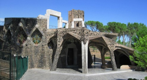 Barcelona. Colonia Güell. Cripta Guell View of the entrance from the outside.