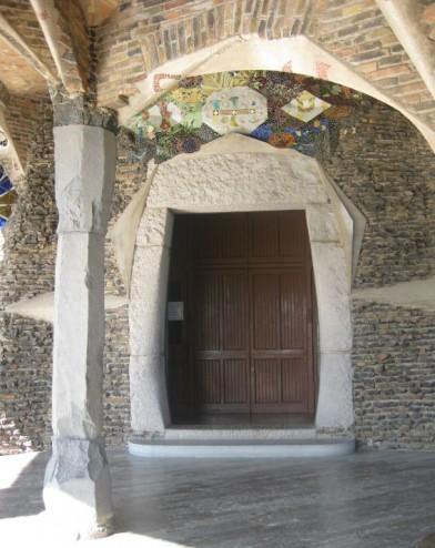 Barcelona. Colonia Güell. Barcelona-Cripta-Guell-entrance-door