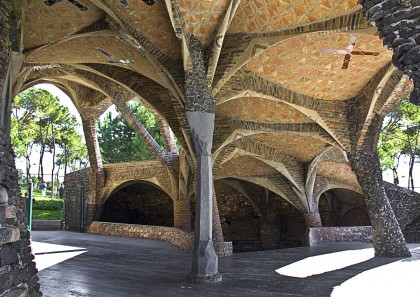 Outside sitting area at the Crypt in Colonia Güell. Photo: Panoramio.
