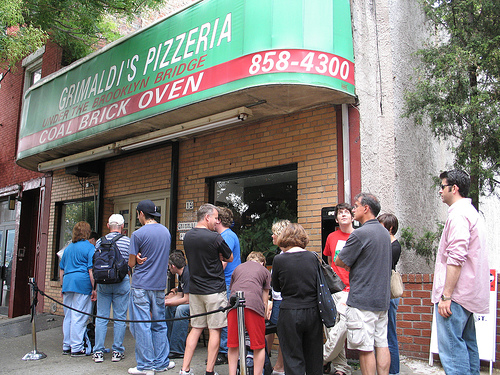 New York restaurants Getting in line in front of Grimaldi's, New York. Photo: nyc.metblogs.com