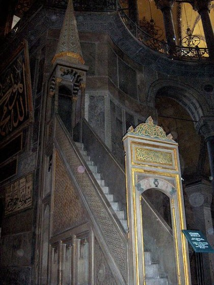 Minbar. Photo: Wikipedia, Georges Jansoone JoJan.