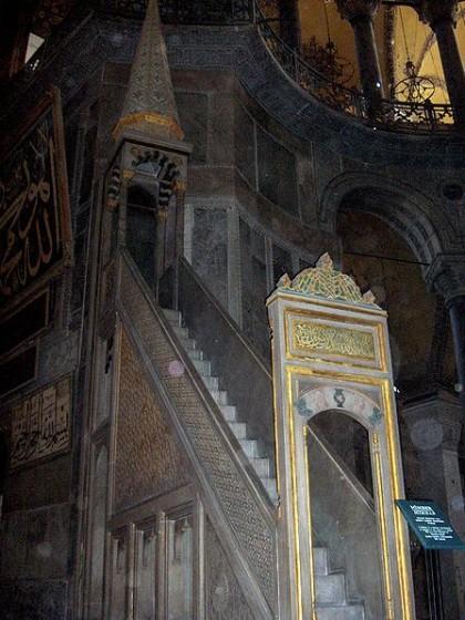 Minbar. Photo: Wikipedia, Georges Jansoone JoJan.