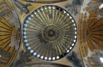 Pendentives. Photo: Wikipedia, Christophe Meneboeuf. Please copy and paste the following link to go to the original image: http://en.wikipedia.org/wiki/File:HagiaSophia_Dome_(pixinn.net).jpg