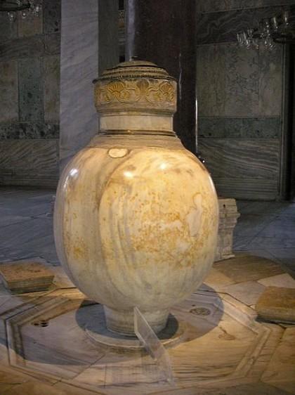 Urn. Photo: Wikipedia, Gryffindor.