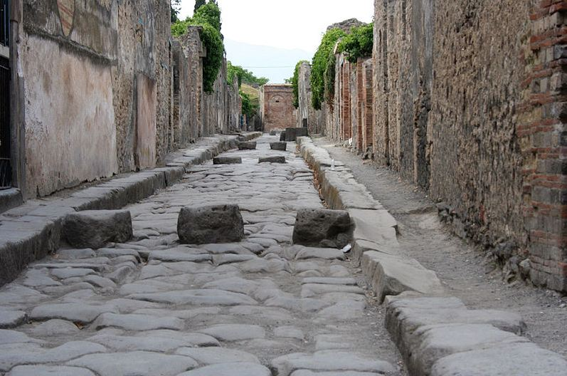Pompeii street. Photo: Wikipedia, Alago.