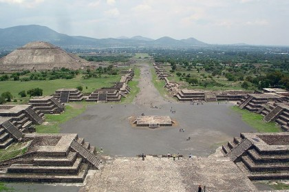 Mexico City, Teotihuacán, Calzada de los Muertos, View of the Avenue of the Dead and the Pyramid of the Sun, from Pyramid of the Moon (Pyramide de la Luna). Photo: Wikipedia, Jackhynes.