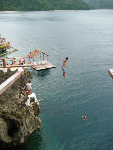 Philippines, Cliff jumping. Photo: Elsa Thomasma.